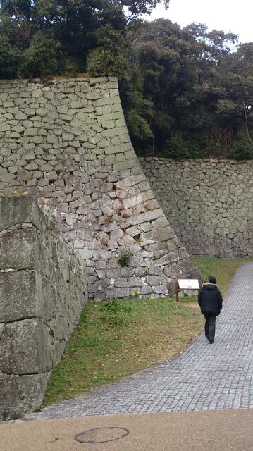 立派な石垣を横目に