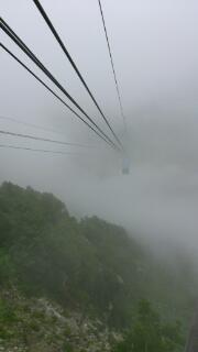 地下を、雲の中を
